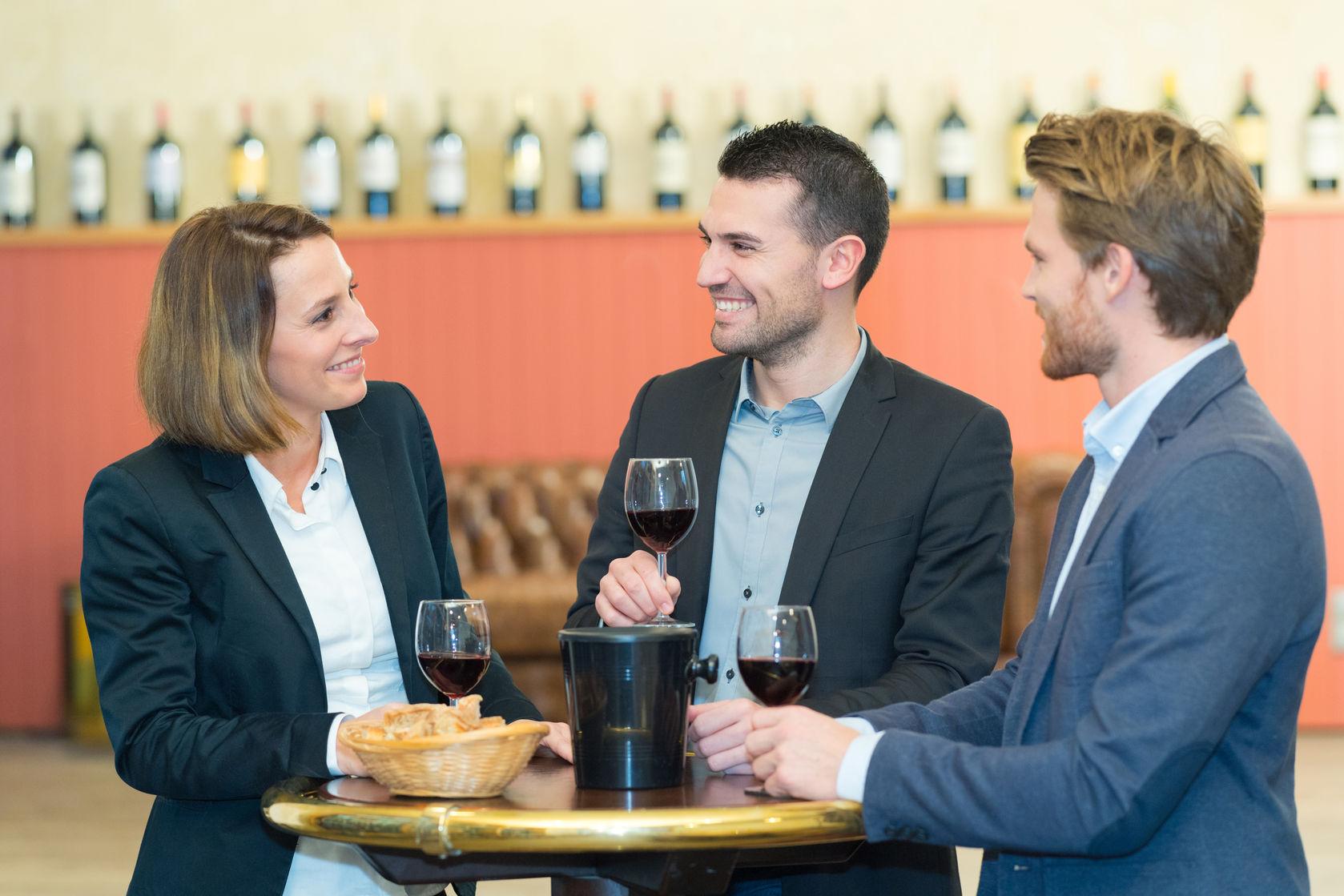 Menschen am Bistrotisch mit Wein